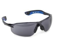 A  Slimlux  védőszemüveg , füstszürke (62653)  polikarbonát kerettel, rugalmas és könnyű PC/TPE szárral ellátott, valamint csúszásbiztos orrnyereggel felszerelt. A polikarbonát lencse 1,8 mm vastag anyagból készült, karcmentes és extrém hőmérsékletben is kiválóan használható.   A fényszűrő osztály: 3.    Eu szabvány: EN166, EN172