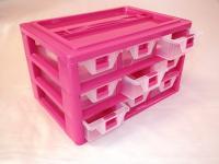 9 fiókos csavartartó doboz, vegyes színben. Hossza 300 mm, szélessége 200 mm, magassága 170 mm. A műanyag háztartási eszköz ben könnyedén tárolhatja csavarjait, szögeit, tiplijeit, csavar alátétjei, de alkalmas egyéb apró háztartási cikkek tárolására is. A csavartartó tetején található fülnek hála, az árucikk könnyedén hordozható. A termék segítségével műhelyét, szervizét még rendezettebbé tudja varázsolni. A 9 darab nagy méretű fióknak köszönhetően számos barkácsoláshoz, fúráshoz szükséges kellékét tudja tárolni. Erős, merev keretének hála, a termék nehezen törik. Tisztítása mosószeres vízzel ajánlott.