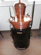 AVajda kétlépcsős, szimpla falú, hagyományos pálinkafőző 60 liter űrtartalmú.  A lepárlóhoz vízhűtőés vörösréz leégésgátlóis tartozik.A pálinkafőző lepárolandó anyaggal (cefre, bor) érintkező része99,99%-os vörösrézből készült. Az üst és a kupola 1,8-2 mm vastagságú rézlemezből gyártott. A réz mint katalizátor, biztosítja az aromaanyagok elpárolgását, és megköti az egyes káros összetevőket, így tisztítja is a párlatot.A pálinkafőző gömb alakú kupolájában a páratér jelentősebb méretű, nagyobb felületen képes hűlni, ezért atisztító hatás még erősebb. Különbözőaromaképző folyamatok jönnek létre és ez teszi lehetővé a pálinka kellemes, gyümölcsös ízvilágának kialakulását. A berendezés biztonságosan üzemeltethető. A főzés folyamán nincs páraveszteség, nincs szükség tömítőgumiramert a pálinkafőzők hornyolt vízszigeteléssel készülnek,ami megakadályozza a túlnyomást, így megszűnik a robbanásveszély. Azegyszerűbb és könnyebb kiürítést adönthető üstház biztosítja. AVajda kétlépcsős, szimpla falú, hagyományos pálinkafőző kiválóan alkalmas az otthoni használatra is.    Felhívjuk figyelmét, hogy a magánfőzőnek a párlat előállításához használt desztillálóberendezés beszerzését a helyileg illetékes önkormányzathoz be kell jelenteni!