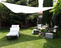 A TV360  napvitorla   a lehető leghatékonyabb védelmet nyújt a napsugarakkal szemben. Kifeszíthető kertben, teraszon, erkélyen vagy akár kültéri események alkalmával. Anyaga 200g / m2 anyagvastagságú 100% poliészter.    Színe:  ecru.    Feszítő kötél hossza:  kb. 140 cm.     Jellemzői :   - kiszűri a UV-sugárzás 90 %   - szakadásálló   - könnyen tisztítható   - rozsdamentes acél gyűrűkkel ellátva     Mérete :  360 x 360 x 360 cm.