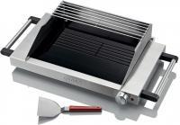 A   Gorenje    üveglapos asztali grill   az időjárástól függetlenül használható, így rossz időben vagy télen is élvezhetők a lakásban elkészített finom falatok. Az  elektromos grillek  alkalmazásával bővíthető az egészséges, változatos ízvilágú ételeink választéka.     Az   asztali grill     Schott ceran üveglap  grillező felülettel készült, melynek mérete  310 x 190 mm. A grill lapot  szénszálas fűtőelemek melegítik. Két szinten készíthetők az ételek, a felső grillrácsot tartó védőfal megakadályozza az olajfröccsenést.    L   eválasztható olajtálcával felszerelt. A   z  asztali grill működési hőmérséklete  60 - 250 °C között szabályozható.     A   Gorenje   üveglapos asztali grill  könnyen és egyszerűen tisztítható a tartozék kaparó spatulával.