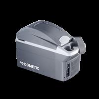 A Dometic  autós   hűtőbox   TB 08  ételek és italok hidegen tartásáról gondoskodik. A termoelektromos  hűtőláda  könnyű és költséghatékony, amely hideg és meleg funkcióval is rendelkezik. Hőmérséklet tartománya -20°C a környezeti hőmérséklethez képest, valamint +65°C-ig fűt. Kiváló minőségű műanyagból készült, valamint a szigetelésért Isofoam kitöltés felel.    A  8 literes    hűtőláda    12 V- os gépkocsi szivargyújtóról üzemeltethető  , valamint biztonsági övvel rögzíthető az autó ülésére a biztonságos szállítás érdekében. 0,5 literes üvegeket, állítva is tárolhat benne. Kívül két pohártartó, italtartó található rajta. A fedél egy kézzel, felhajtva nyitható, kábelrekesszel felszerelt.  Külső méretei 442 mm hosszú, 200 mm széles és 298 mm magas.