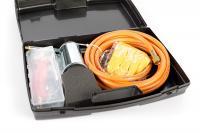 Az   égőfej készlet   (perzselő, pörzsölő) kiválóan használható a különböző építési, szigetelési, tetőfedési munkálatokra vagy akár gyomirtásra, rovarirtásra, jégolvasztásra is.  A hajlított, ergonomikus fogantyúval ellátott980 mm hossz biztosítja a kényelmes munkavégzést. Aperzselőpillanatelzárós kivitelben készült, lángja beállítható. Az égőfej   átmérője 60 mm .11,5 kg-os PB-gáz palackról üzemeltethető.  Az  égőfej készletet  praktikus  műanyag bőröndben  szállítjuk, amely tartalmaz még5 méter gáztömlőt, 2 darab gázkulcsot és egy pár védőkesztyűt is. Nyomásszabályzó használata szükséges a termék használatakor!
