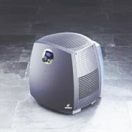 Boneco  légtisztító  2055 D . A készülék tisztít és fertőtlenít, mely önműködő és csendes, így ideális otthonában, munkahelyén  történő használatra. Elektronikus rendszere még hatékonyabb tisztítást segít elő, emellett könnyedén tisztán tarthatja.  A készülék teljesítménye 24 W, víztartálya 4,5 +3 l. A gép zajszintje <25/43 dBA. Hálózati értéke 230V/ 50 H. Párásító képesség 300 g/h.    A készülék illóolaj adagolóval is ellátott. A vizet természetes módon keresztül, levegőn keresztülvezetve tisztítja meg. Az elektromos vezeték hossza 2 méter.   A  légtisztítón  digitális páraszintkijelző található. A higrosztátat is beprogramozhatja, melynek értéke 30-70°C közé eshet, vagy  folyamatosan üzemelhet. Mikor a víztartály kifogy automatikusan kikapcsol a készülék.    A párásítást 16 nedvesítő tárcsa végzi, melyekről a víz elpárolog, a megmaradt vízkövet azonban könnyedén, ecet segítségével lemoshatja. Önszabályozó készülék, minél szárazabb levegő van, annál több nevesség fog elpárologni a készülékből. A víztisztaság megtartására speciális ionizáló ezüstrúddal rendelkezik a  légtisztító .