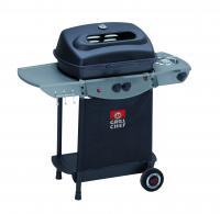 A    GRILL CHEF  ATRACTO  Gázgrill  2.1    (12442)  az    optimális sütési hőmérséklet beállításához, alumíniumozott acél égőfejekkel vannak felszerelve. A grillezés kényelmét a krómozott grillező rostély segíti elő. Lehajtható oldalpolcain kényelmesen elhelyezhetőek a tartozékok amikre Önnek grillezés közben szüksége lehet.    A jobb oldalán egy 2,5 KW teljesítményű oldalégő található, ahol elkészítheti a szószokat és köreteket. Az oldalégő fölötti tartó lábak átmérője 160 mm, tehát kb 180 mm átmérőjű lábas fér el kényelmesen rajta.A grill fedelén megfigyelő ablak és hőmérséklet kijelző található. Ideális grill mennyiség 6 fő részére.     A gáztartály az alsó polcon elhelyezhető, a  grill kocsi  sima mozgatásáról a két kerék gondoskodik.