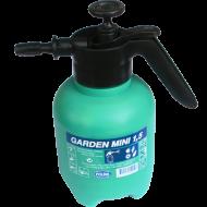 Garden mini    kézi permetező   űrtartalma 1,5 liter. A permetező elengedhetetlen kellék minden gondos kerttulajdonos számára.   A  kézi permetezőt  kizárólag vízben oldódó anyagokkal lehet használni, növények gondozása céljából. (gyomirtás,rovarirtás,gombaölés, növények táplálása növénytápláló szerekkel) A termék oldalán található mérce a pontos adagolást segíti elő.   A 2-3 bar üzemi nyomáson működtetett  kézi permetező    segítségével, percenként 0,45-0,6 liter folyadékot tudunk a növényekre juttatni.  A permetező fúvókája rézből készült.  A sárgaréz fúvóka mérete 1,25 mm.    A  kézi permetezőt  5-35 °C hőmérsékleti tartományban tudjuk használni.   Az ergonomikusan kialakított nyél stabil fogást biztosít.