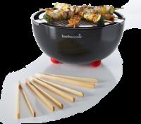 A   Barbecook Joya asztali fekete grillkészüléke   különösen kényelmes, kompakt, biztonságos és könnyen tisztítható. Piros csúszásmentes lábainak köszönhetően stabilan áll. A kerámia tartóban lévő víz a túlmelegedést akadályozza meg. A praktikus, előre csomagolt grill tablettákkal a begyújtása is gyerekjáték, ugyanakkor nem kell a faszén begyújtásával bajlódnia, nem lesz koszos a keze. És hogy a mulatság végén mi legyen a hamuval? Egyszerűen öntse rá a virágok földjére: hálásak lesznek érte.          A Joya asztali grill tartozékai mosogatógépben moshatók, a kerámia tálat pedig elég csak egyszer áttörölni nedves szivaccsal.           Hogyan kell használni a Joya asztali grillt?     A Joyát kültéri használatra tervezték, mivel a faszén miatt némi füst elengedhetetlenül lesz. Rakja össze a készüléket a mellékelt tájékoztató alapján. Gyújtsa meg a grilltálcában lévő forgácsot, ami begyújtja a faszenet. Ezután már csak várni kell: miután a grill tablettákat vékony szürke hamu borítja már el is lehet kezdeni a grillezést.    Hát nem nagyszerű?          Mit tartalmaz a Joya asztali grill induló csomag?     1 db Joya asztali grill kerámia tál;    1 db belső rozsdamentes acéltál;   1 db krómozott  sütőrács (Ø 260 mm)  ;     4 db bambusz csipesz;    1 tálca f  aszén tabletta (650 g) gyújtó forgáccsal;        Készítsen már most a hétvégére ínycsiklandó grill finomságot az új Joya asztali grillkészülékén!       Nagyszerű élmények télen-nyáron a  Barbecook  Joya asztali grillkészülékével . Próbálja ki és meglátja, hogy nemcsak fantasztikus gasztronómiai élményben lesz része, de a család, a gyerekek és a barátok is remekül szórakoznak majd a közös sütögetés közben.