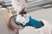 A   Bosch  GWS 1000  sarokcsiszoló  erős, 1000 W  teljesítményű Champion motorja és kis súlya elősegíti a tartós és kényelmes használatot. Az elfordulásbiztos védőburkolat még az esetlegesen szétrepedő tárcsa esetén is kitart, így nagyban hozzájárul a felhasználó védelméhez.   A Bosch GWS 1000  sarokcsiszoló  ergonomikusan kialakított formával készült, az optimális irányíthatóságért. A fogantyú jobb és bal oldalon is használható. A  tengelyátmérő M14 . A  sarokcsiszoló   125 mm átmérőjű csiszolókoronggal  működtethető. A tengelyrögzítés a gyors tárcsacserét teszi lehetővé. A motor közvetlen hűtése biztosítja a nagy terhelhetőséget és a hosszú élettartamot.
