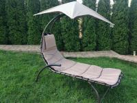 Nyugágy  napernyővel és párnával, barna (S300)  kényelmes és relaxációs pihenést biztosít Önnek és családjának. Ideális gyermekek és felnőttek számára egyaránt. Ez a  nyugágy   kartámasszal ,  párnával  és  napernyővel  ellátott.    A  nyugágy  szerkezete porszórt  fém váz , a fekvőfelülete  kényelmes , a napernyő pedig  praktikus  és  könnyen levehető . Teherbírása  100 kg . Modern ,  időjárásálló  és  UV álló  kivitel. Az acélcsövek méretei  Ø 38 × 1,5 mm  és  Ø 19 x 1,2 mm . Méretei:  170 x 80 x 180 cm .
