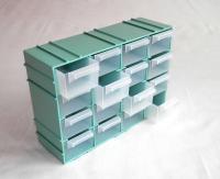 Mentazöld színű, 16 fiókos egymáshoz illeszthető csavartartó doboz. Hossza 220 mm, szélessége 80 mm, magassága 151 mm. A műanyag háztartási eszköz ben könnyedén tárolhatja csavarjait, szögeit, tiplijeit, csavar alátétjei. Több, azonos típusú csavartartó egymáshoz illeszthető, az oldalaikon található vezetések jóvoltából. A termék segítségével műhelyét, szervizét még rendezettebbé tudja varázsolni. A 16 darab fióknak köszönhetően számos barkácsoláshoz, fúráshoz szükséges kellékét tudja tárolni. Praktikusságát fokozza, hogy hátoldalán két nyílás található, amelyek segítségével a csavartartó falra rögzíthető. Erős, merev keretének hála, a termék nehezen törik.