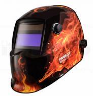 Íme az Iweld  Nored Eye II (tűz-koponya) új tervezésű automata hegesztő fejpajzsa . Nagy látómezővel rendelkezik: 96 x 39 mm, mely nagyban megkönnyíti az Ön munkavégzését. A köszörülési mód és az elsötétedés kívülről állítható. Kettős áramforrással rendelkezik, napelem és Li gombelem szükséges működéséhez, melyek cserélhetők. A hegesztő fejpajzs  infravörös és UV védelemmel van felszerelve az Ön biztonsága érdekében.     Anyaga, könnyű, tartós, égést késleltető, időtálló. A fejpajzs további előnyös tulajdonsága, hogy belülről meghatározhatja érzékenységét, továbbá kivilágosodási késleltetési idővel van ellátva. Fejkosár szerkezete különleges kialakítású , ideális súlypontja az Ön kényelmét biztosítja munka közben.    Ez az Iweld hegesztő fejpajzs igencsak szemrevaló külsőt kapott, kiválóan mutat a műhelyében, egyedi darab, melyet mindenki csodálni fog.