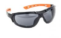 A  Spiderlux  védőszemüveg , füstszürke (60993)  fekete polikarbonát kerettel, rugalmas és könnyű PC/TPE szárral ellátott, amelyet igény szerint könnyedén lecserélhet gumipántra, így kombinálhatja a fej- vagy hallásvédőkkel. Csúszásbiztos orrnyereggel felszerelt, valamint a szemüveg szivacsbetét része kivehető. A védőszemüveg teljesen fémmentes kiképzésű. A polikarbonát lencse 1,8 mm vastag, páramentes és extrém hőmérsékleten is használható.   Fényszűrő osztály: 3.   EU szabvány: E166, EN172.
