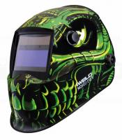 Az   Iweld  Nored Eye II (zöld-koponya) automata hegesztő  fejpajzs   nagy látómezővel (96 x 39 mm) rendelkezik,  amely megkönnyíti az Ön számára a munkavégzést.  Az ultra magas UV és Infravörös védelem megóvja az Ön szemei és látása épségét.    Kívülről állíthatja az elsötétedés és köszörülési módot, belülről pedig az érzékenységet és kivilágosodást késleltetési időt.  A hegesztő fejpajzs kettős áramforrással rendelkezik, működését a beépített és cserélhető napelem és egy Li gombelem biztosítja.    A kényelmet a különleges kialakítású fejkosár szerkezete és az optimális súlypont (1kg) adja, mindamellett, hogy az anyaga  biztonságos, égést késleltető, időtálló és tartós darab lesz az Ön műhelyében.    Az Iweld hegesztő  fejpajzs  nem csak a kényelmes munkavégzést biztosítja, de stílusos megjelenést is kölcsönöz a színes, modern  felfestésű mintázatával.