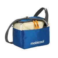 Mobicool  Sail 6 kék passzív  hűtőtáska  . Kicsi és könnyű  hűtőtáska  túrázáshoz, sportoláshoz, szabadtéri programokhoz. Nyáron a strandon is kiválóan használható.    Tárolókapacitása  5 liter . Hosszúsága  13 cm , szélessége  23 cm , magassága  19 cm .  Állítható vállpántja  és  oldalfogantyúja  teszi kényelmessé a szállítását.  A  hűtőtáska  teteje körbe cipzárral zárható.    Hogy az élelmiszerek és az italok minél tovább megőrizzék hőmérsékletüket, hűtse elő azokat. Az áruk hosszabb ideig maradnak hűtve, ha a  hűtőtáskába  további hűtőakkukat helyez.