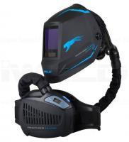 Iweld  Panther Flow automata hegesztő  fejpajzs , frisslevegős . Kevés súlyának köszönhetően, kényelmes viselni. A levegő 3 fokozatban állítható. LCD vezérlőpanele háttérvilágítással ellátott. A vállpánttal kombinált deréköv  további kényelmes használatot biztosít.    A  fejpajzs  True Color technológiája elősegíti a  valósághoz közeli színhűséget . Li-ion akkumulátor, rezgéssel kombinált figyelmeztető hangjelzések, 1/1/1/1 minősítésű, True Color LCD szűrőkazetta, TH2 P R SL védelmi szint jellemzi.