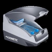 A Dometic TB-15 termoelemes  autós hűtőládát , hűtő-fűtőboxot  a biztonsági öv és rögzítősín segítségével az üléshez erősítheti és a minibár funkción túl, könyöktámaszul is szolgál. Így tökéletes választás azoknak, akik autós hűtőtáska vásárlását tervezik.         Űrtartalma 15 liter, így még üdítőt is hűthet benne. Termoelektromos hűtőrendszerű, külső hőcserélő ventilátorral felszerelt. A környezethez képest -20°C-ig tudja lehűteni és +65°C-ig felmelegíteni  az autós hűtőtáskát . A kívánt funkciót tolókapcsolóval tudja kiválasztani, melyről LED visszajelzést is kap. Poliuretán hab felel a hőszigetelésért.          A Dometic autós hűtő-fűtőboxot   hosszanti irányba, felfelé tudja kinyitni, illetve becsukni. Térelválasztóként egy felhajtható műanyag polc funkcionál. Mélyesztett fogantyúja megkönnyíti a hűtőláda mozgatását.         Minőségi tanúsítványában E jóváhagyási jellel rendelkezik.