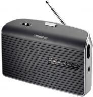 A  Grundig MUSIC-60G szürke táskarádió   24 cm széles, 14 cm magas és 7 cm hosszú. Méretéből adódóan könnyedén magával viheti a kertbe vagy nyaraláshoz, kempingezéshez.    Frekvenciaszabályozása automatikus, FM / AM rádió. Hálózatról vagy telepről is üzemeltetheti, 4 x 1,5 V elemmel. A rádióhoz  fejhallgatót  is csatlakoztathat.