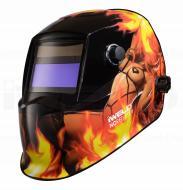 Az   Iweld Nored Eye II (láng-lady) automata hegesztő fejpajzsnagy látómezővel (96 x 39 mm) rendelkezik, amely megkönnyíti az Ön számára a munkavégzést.   Az ultra magas UV és Infravörös védelem megóvja az Ön szemei és látása épségét.    Kívülről állíthatja az elsötétedés és köszörülési módot, belülről pedig az érzékenységet és kivilágosodást késleltetési időt.   A hegesztő fejpajzs kettős áramforrással rendelkezik, működését a beépített és cserélhető napelem és egy Li gombelem biztosítja.    A kényelmet a különleges kialakítású fejkosár szerkezete és az optimális súlypont (1kg) adja, mindamellett, hogy az anyaga biztonságos, égést késleltető , időtálló és tartós darab lesz az Ön műhelyében.    Az  Iweld  hegesztő fejpajzsnem csak a kényelmes munkavégzést biztosítja, de stílusos megjelenést is kölcsönöz a színes, modern felfestésű mintázatával.