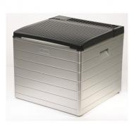  A   Dometic   Combicool RC2200EGP hűtőbox   nagy teljesítményű készülék, amely az ételek és italok hűtésére szolgál. Abszorpciós technológiával működik, ami az alacsony hőmérsékletű hulladékhőt hűtési kapacitássá alakítja át. Csendes működés jellemzi, ez által nem zavarja a használót. Műanyag bevonatú acéllemez anyagból készült, a fedél ABS műanyagból. A hőszigetelés freon- mentes poliuretán hab. Jégkocka készítésre is alkalmas.    Csatlakoztatható 230 V váltófeszültségre, 12 V- os gépkocsi szivargyújtóra valamint PB- gázzal is működtethető (30 mbar).   A  40 literes   hűtőláda   hőmérséklet szabályozása 230 V- os üzemnél fokozatmentes termosztát, gázüzemnél piezo gyújtás, valamint fokozatmentes gázláng szabályozás.