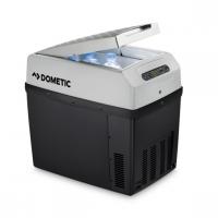 A  Dometic TCX21 TropiCool termoelektromos hűtő-fűtőbox   ideális eszköz a kempingezők számára, mivel elősegíti az élelmiszerek hűtését vagy melegen tartását. A  hűtőbox    űrtartalma 20 liter  . Üzemeltethető 12V-ról 46 W teljesítményen, 24 V-ról 50 W-al, illetve 230 V-ról 64 W feszültséggel. Hőmérséklet tartománya a környezethez képest  -30°C-tól +65°C-ig  terjed. A hőszigetelésért poliuretán habkitöltés felel.    A Dometic TCX21  hűtőláda  pontos hőmérsékletét Ön állítja be, továbbá  LED kijelzővel  és memória funkcióval is rendelkezik. A fedél felfelé, hosszanti irányba nyitható, levehető és  belül áthelyezhető térelválasztó rácsok  vannak. A  láda  két oldalán találhatóak a fedél síkjába hajtható fülek, melyek megkönnyítik mozgatását. A termék hossza 45 cm, szélessége 30,3 cm, míg magassága 42 cm.