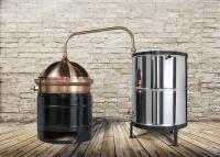 AVajda 30 literes kétlépcsős, szimpla falú, hagyományos pálinkafőző keverővel ellátva.  A fekete színűszénacél üstház kivehető.A lepárlóhozhorganyzottvízhűtőés keverőlapát is tartozik, amely a leégést gátolja meg.A pálinkafőző lepárolandó anyaggal (cefre, bor) érintkező része99,99%-os vörösrézből készült. Az üst és a kupola 1,8-2 mm vastagságú rézlemezből gyártott. A réz mint katalizátor, biztosítja az aromaanyagok elpárolgását, és megköti az egyes káros összetevőket, így tisztítja is a párlatot.A pálinkafőző gömb alakú kupolájában a páratér jelentősebb méretű, nagyobb felületen képes hűlni, ezért atisztító hatás még erősebb. Különbözőaromaképző folyamatok jönnek létre és ez teszi lehetővé a pálinka kellemes, gyümölcsös ízvilágának kialakulását. A berendezés biztonságosan üzemeltethető. A főzés folyamán nincs páraveszteség, nincs szükség tömítőgumiramert a pálinkafőzők  hornyolt vízszigeteléssel készülnek,ami megakadályozza a túlnyomást, így megszűnik a robbanásveszély.AVajda kétlépcsős, szimpla falú, hagyományos pálinkafőző kiválóan alkalmas az otthoni használatra is.    Felhívjuk figyelmét, hogy a magánfőzőnek a párlat előállításához használt desztillálóberendezés beszerzését a helyileg illetékes önkormányzathoz be kell jelenteni!
