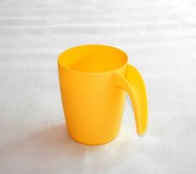 Fogantyús sárga műanyagpohár 2 dl
