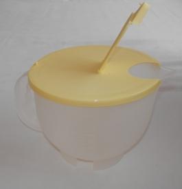 Mércés műanyag kancsó fedéllel 2 l, sárga