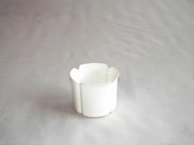 Virágtartó kaspó, szirom formájú, 8 cm, fehér műanyag